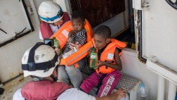 Einsatz der 13. Crew der Sea Watch-2 am 27. Oktober 2016 im Mittelmeer, wobei sich zwei Crew-Mitglieder um zwei Geschwister die in dem Schlauchboot waren  kümmern.