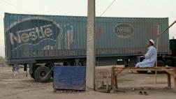 """Szene aus dem Dokumentarfilm """"Bottled Life"""": Ein LKW-Fahrer beim Gebet."""