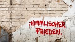 """Schrift """"Himmlischer Frieden"""" an einer Mauer"""