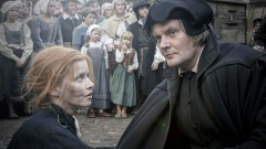 """Szene aus dem Film """"Katharina Luther"""": Luther (Devid Striesow) hilft Katharina (Karoline Schuch) auf dem Marktplatz in Wittenberg."""