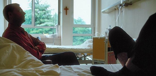 Seelsorger am Bett des Patienten