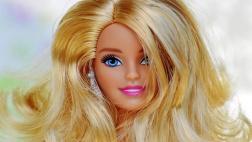 Lächelnde Barbiepuppe mit langen blonden Haaren.