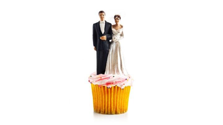Brautpaar als Kuchenfigur auf einem Cupcake.