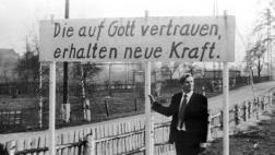 Pfarrer Oskar Brüsewitz am 01.08.1976 mit einem Transparent in Rippicha, Sachsen-Anhalt.