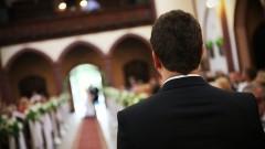 Bräutigam wartet am Altar auf die Braut.