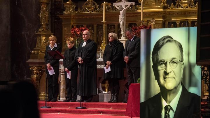 Im Berliner Dom nahmen am 01.12.2016 Spitzenvertreter aus Politik und Gesellschaft Abschied vom verstorbenen Bundestagsvizepräsidenten Peter Hintze.