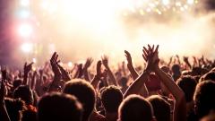 An den sogenannten stillen Tagen wie dem Karfreitag, dem Totensonntag und dem Volkstrauertag besteht in weiten Teilen Deutschlands ein Verbot öffentlicher Tanz- und Sportveranstaltungen.