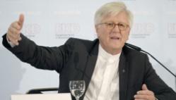 Der EKD-Ratsvorsitzende, der bayrische Landesbischof Heinrich Bedford-Strohm, bei der Pressekonferenz nach seinem Bericht.