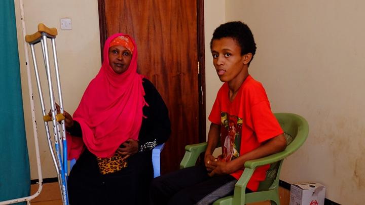 Fatuma Ebo (li) begleitet ihren Sohn Yusuf Osman (re) in das Gesundheitszentrum im Flüchtlingslager Kakuma.