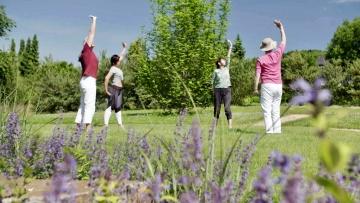 """""""Auszeit im Kloster"""" zeigt die Sendung """"Urlaub wie im Himmel"""" mit chinesischen Meditationsübung im Klostergarten: Qigong-Gruppe in Arenberg."""