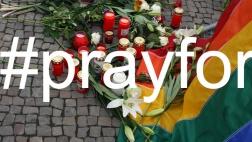 Blumen und Kerzen zum Gedenken an die Opfer des Massakers in einem Club für Homosexuelle in Orlando - Berlin, Pariser Platz vor der Amerikanischen Botschaft, 13. Juni 2016. Darüber montiert der Hashtag #prayfor.