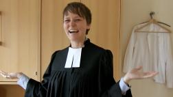 """Pfarrerin werden -  Pfarrerin sein. Irmela Büttner findet ihren Beruf: """"Tada ... so sieht eine hessische Pfarrerin aus"""""""