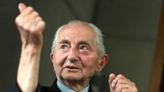 Leszek Stanowski hält die Hand hoch.