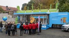 Blauer Truck mit Bühne und Illustrations-Design