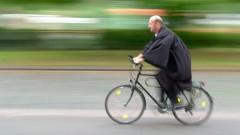 Pfarrer auf dem Fahrrad