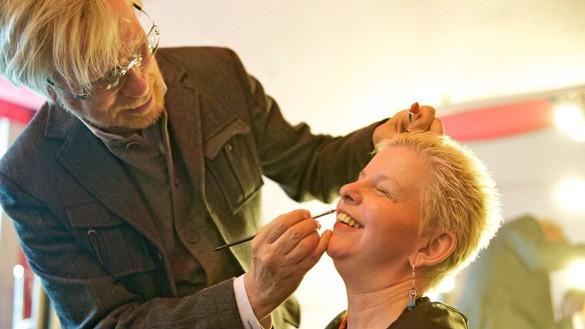 Star-Visagist René Koch bietet Schmink-Workshops für Blinde an