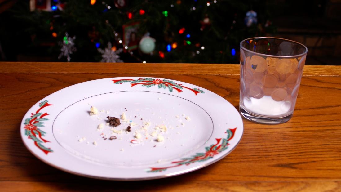 Leerer Teller und leeres Glas im Advent