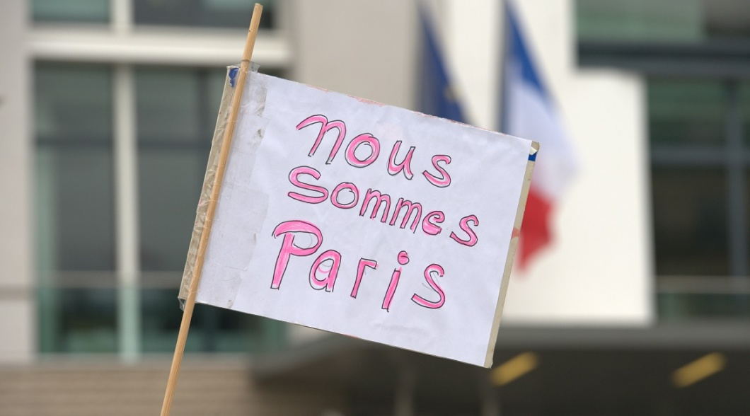"Plakat mit der Aufschrift ""Nous sommes Paris"""