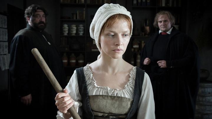 """Katharina und Luther begegnen sich in der Apotheke der Cranachs im Fernsehfilm """"Katharina Luther""""."""
