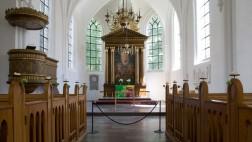 Blick von der Mitte in den Altarraum der Sankt Petri Kirche