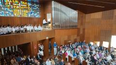 Neue Orgel und Gemeinde in Peru
