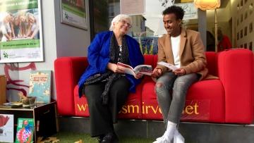 Die Bremerin Elsbeth Rütten hat mit Flüchtling Ahmed Ismail (17) aus Somalia dessen Lieblingsgeschichte ins Deutsche übersetzt. Beide sitzen auf dem Vorlese-Sofa