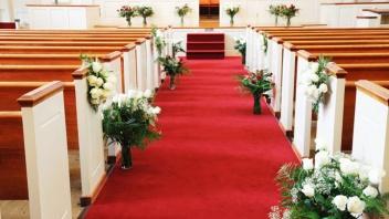 Festlich geschmückte Kirche zur Hochzeit.