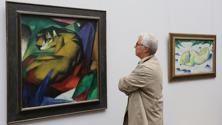 """""""Nicht völkisch genug"""" sagten die Nationalsozialisten über Künstler wie Franz Marc, dessen Bilder (l. Der Tiger,1912) und (r. Liegender Hund im Schnee, 1911) 2015 im Städel Museum in Frankfurt gezeigt wurden."""