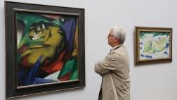 """""""Nicht völkisch genug"""" sagten die Nationalsozialisten über Künstler wie Marc Chagall, dessen Bilder (l. Der Tiger,1912) und (r. Liegender Hund im Schnee, 1911) 2015 im Städel Museum in Frankfurt gezeigt wurden."""