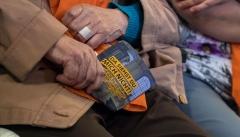 """Ein Besucher der Veranstaltung """"Christen in der AfD"""" auf dem Kirchentag hält eine Flyer in der Hand gegen Christen in der AfD."""