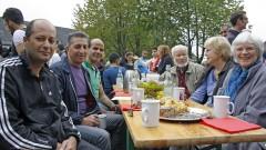 Flüchtlinge und Gastgeber an der Erntedanktafel