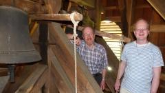 Reinhold Krause (links) und sein Sohn Florian Krause im Glockenstuhl der Kirche von Sputendorf.