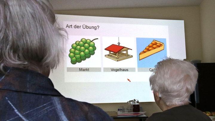 Die ökumenisch geführte Tagespflege für Demenzpatienten in Sindelfingen macht Gedächtnisübungen für die Patienten.