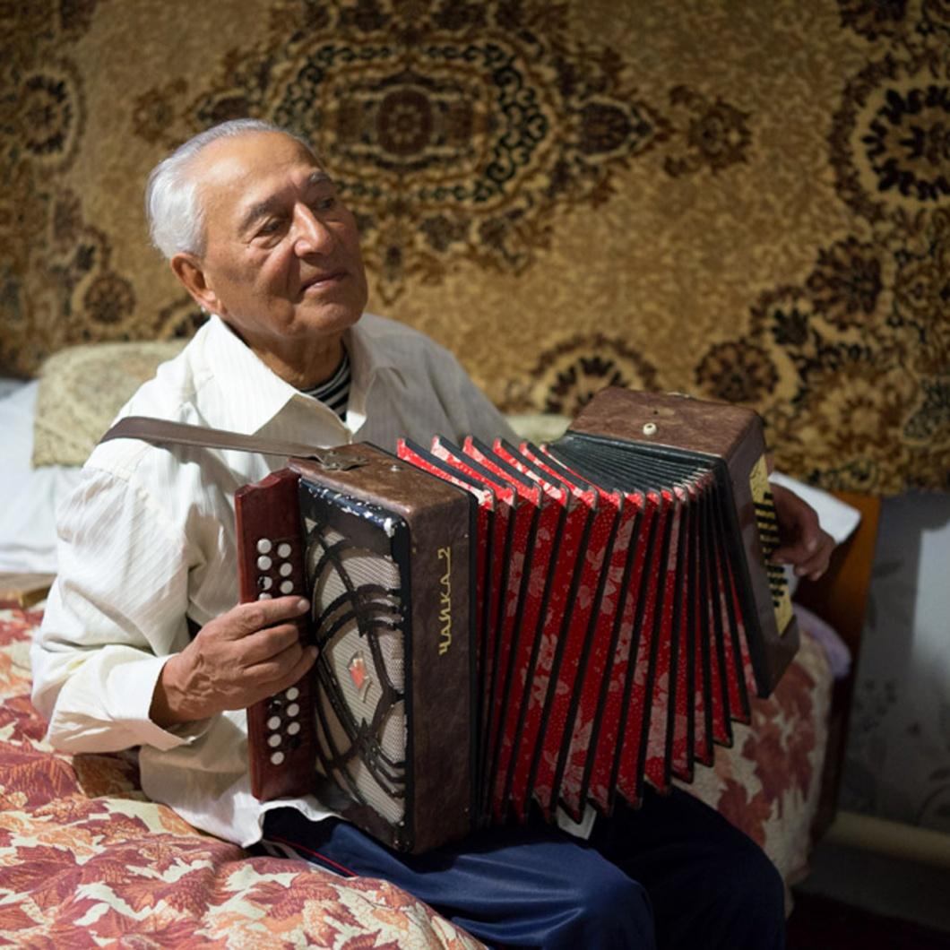 Iwan Bilatschenko spielt Ziehharmonika