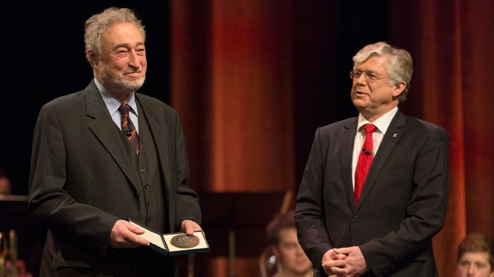 Publizist Micha Brumlik (l.) und Friedhelm Pieper, der evangelische Praesident der Gesellschaften für Christlich-Jüdische Zusammenarbeit, bei der Verleihung der Buber-Rosenzweig-Medaille in Hannover.