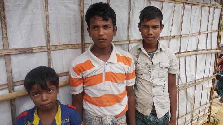 Roshi Taman ( MItte) und seine Familie.