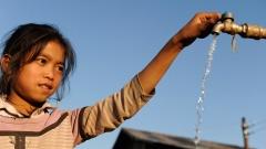 Mädchen Joy 9 Jahre an der Wasserstelle ihrer Eltern.