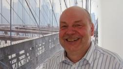 Dirk Wagner vor einem Foto von New York