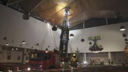Mit einem spektakulaeren Einsatz in der katholischen Pfarrkirche St. Albertus Magnus im Regensburger Kasernenviertel hat die Feuerwehr am Neujahrsabend fuer Aufsehen gesorgt.