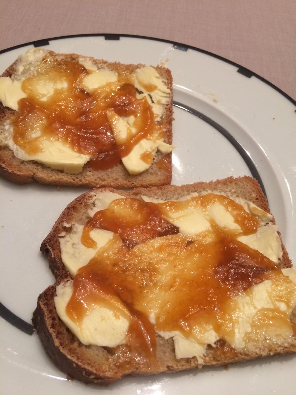 2 Brote mit Butter und Aprikosenmarmelade