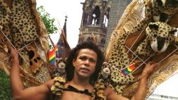 """Schon 2001 haben zehntausende Schwule und Lesben den Christopher Street Day Berlin gefeiert. Unter dem Motto """"Trau Dich!"""" wird sich der 140 Menschen fassende Sattelschlepper am 22. Juli in den Umzug einreihen."""