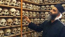 Vater Philimon führt Pilger in die sogenannte Philosophische Schule, in der die Gebeine der verstorbenen Mönche ruhen.