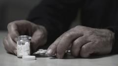 Eine tödliche Dosis Tabletten liegt auf einem Tisch vor einem Mann.