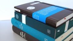 Verschiedene Bibelausgaben der Deutschen Bibelgesellschaft.