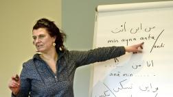 Claudia Ott unterrichtet Flüchtlingshelfer im Arabischkurs der evangelischen Kirche in Celle.