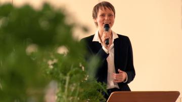 Pfarrerin werden -  Pfarrerin sein. Irmela Büttner findet ihren Beruf: Mit beiden Füßen in der Gemeinde stehen.