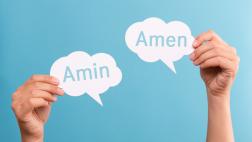 """Die Worte """"Amin"""" und """"Amen"""" stehen jeweils in einer aus Papier ausgeschnittenen Sprechblase."""