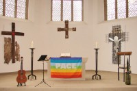 Altar mit Friedensfahne