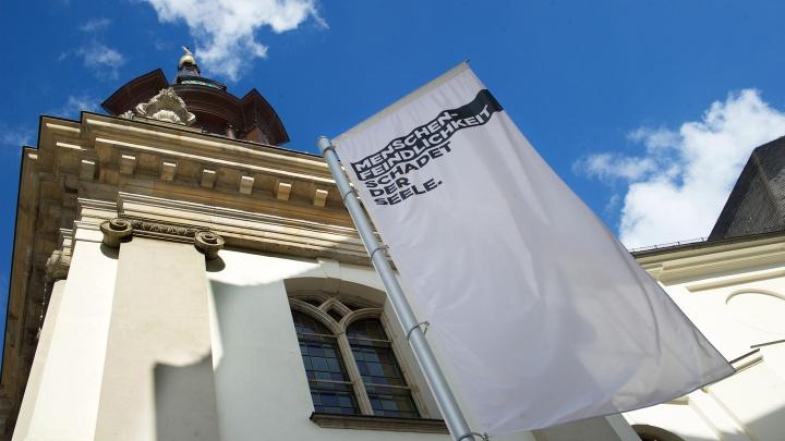 Mehrere Berliner Kirchen positionieren sich anlässlich der Bundestagswahl deutlich sichtbar gegen Rechtspopulismus