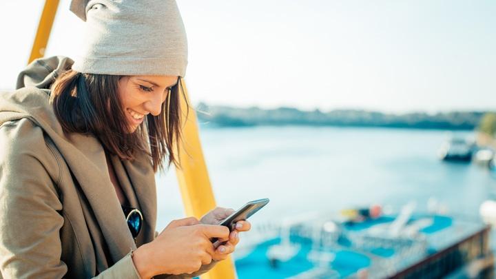 Junge Frau mit Smartphone.